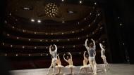 """Finale in zarten Farben: Das Ensemble lässt bei Balanchines Choreographie """"Divertimento No 15""""Tutus wippen"""