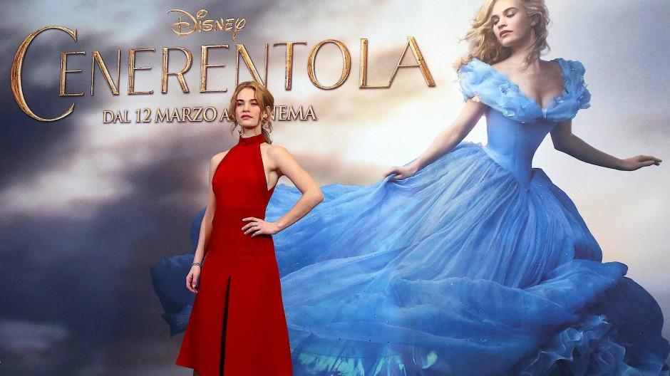 Lily James musste für die Dreharbeiten von Cinderella ein Korsett tragen, das ihr eine fast unnatürliche Wespentaille bescherte.
