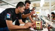 Ausländische Arbeitskräfte könnten den Fachkräftemangel beheben, sagen manche Ökonomen.