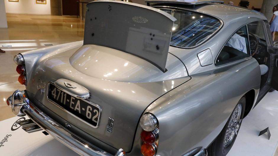 Ein kugelsicheres Schild ist auf dem Autoheck des James Bond 1965 Aston Martin DB5 angebracht. Das Auto ist eines von drei erhaltenen Originalen, die nach den Spezifikationen der Filmfigur Q, dem Waffenmeister des britischen Agenten 007, James Bond, ausgestattet wurde.
