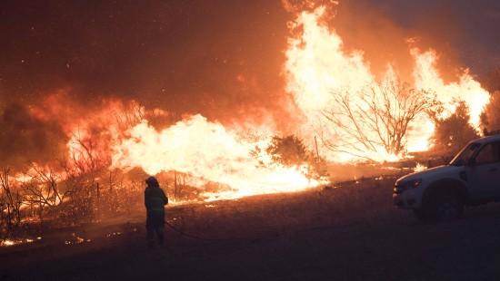 Tausende Menschen von Feuern eingeschlossen