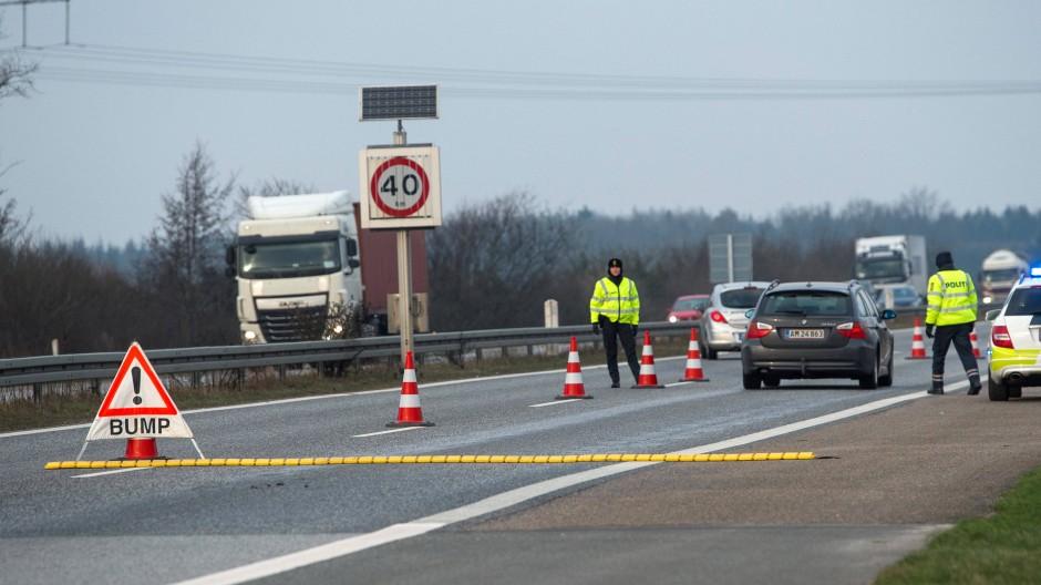 Stichproben: Dänische Polizisten kontrollieren Autofahrer an der Autobahn 7 bei Flensburg.