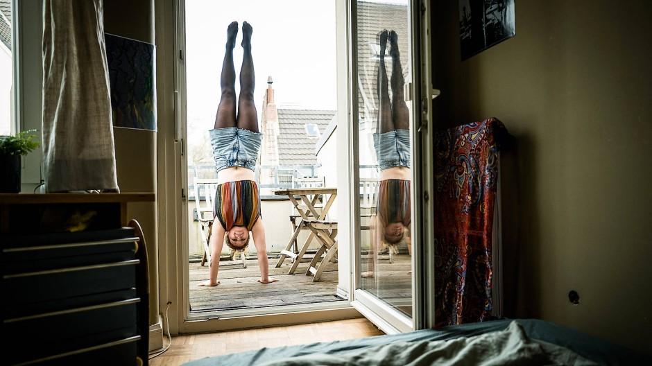 Beginnt ihren Tag am liebsten kopfüber: Anne Severin in ihrer Wohnung in Köln
