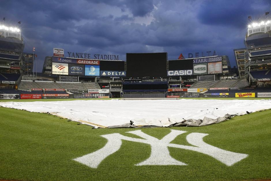 Über dem Stadion der New York Yankees in New York droht ein schweres Unwetter.