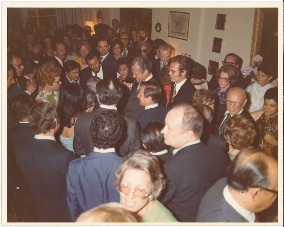Empfang für Willy Brandt im Haus des stellvertretenden deutschen Botschafters in Mexiko-Stadt am 21.3.75. Hinten an der Wand, an seinem 40. Geburtstag: Hubert Fichte