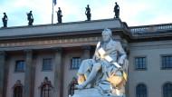 Alexander von Humboldt vor der Humboldt Universität zu Berlin