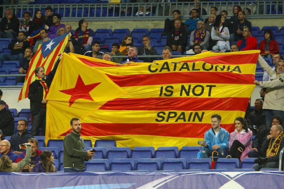 Fans des FC Barcelona machten am Mittwochabend beim Spiel im Camp Nou keinen Hehl daraus, auf wessen Seite sie im Katalonien-Konflikt stehen