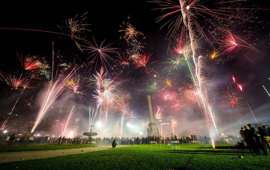 Feuerwerk auf dem Schlossplatz in Stuttgart zum Jahreswechsel 2017/2018