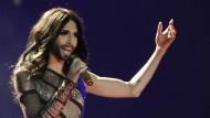 Conchita Wurst tritt im Cabaret auf