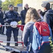 Polizisten überwachen den Zugang zur Vorlesung von AfD-Mitgründer Bernd Lucke.