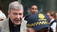 Vatikan-Finanzchef George Pell verlässt am Dienstag das Gericht in Melbourne.