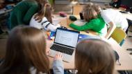 Schüler einer fünften Klasse in einem Hamburger Gymnasium arbeiten im Unterricht an einem Laptop (Archivbild).