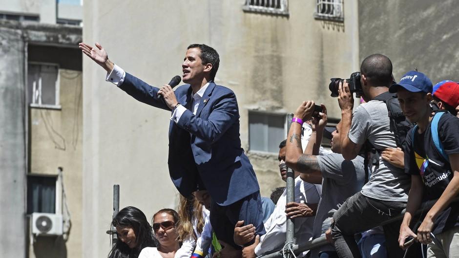 """""""Soldaten, Matrosen, Polizisten, das ist ein Befehl: Lasst die humanitäre Hilfe ins Land"""", sagte Guaidó bei einer Kundgebung in der Hauptstadt Caracas."""