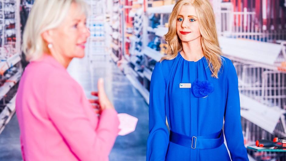 Beratungsgespräch: Kristina Siemus (links) und die Androidin Eleonide