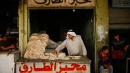 """""""Man muss nicht nur die Stadt reparieren, sondern auch ihre Menschen"""": Im Osten Mossuls versuchen die Menschen, nach der Vertreibung des IS wieder in ihr altes Leben zurückzukehren. Viele sinnen jedoch auf Rache. Im Westen der Stadt gehen die Straßenkämpfe mit unverminderter Härte weiter."""