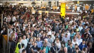 Wegen des Alarms müssen Hunderte Fluggäste das Terminal verlassen.