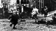 Rennende Aufständische während der Straßenkämpfe des Aufstandes der Heimatarmee in Warschau. Aufnahme von 1944