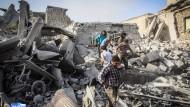 Schwere Zerstörungen nach einem Luftangriff in Ariha in Syrien im August.