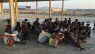 Dem Tod knapp entronnen: Nach dem schweren Bootsunglück gerettete Migranten am Donnerstag in Libyen.