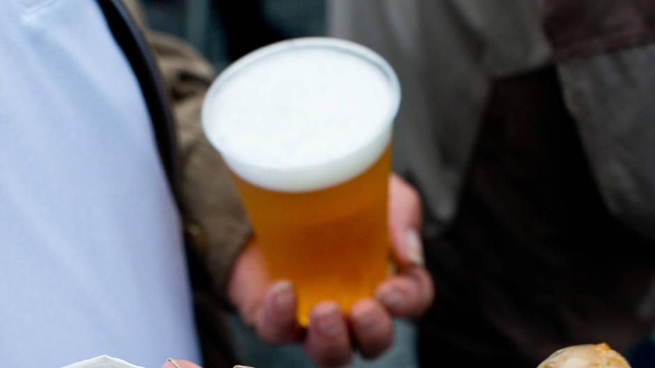 Verpflegung in Fußballstadien: Das Bier ist teuer, die Bratwurst fad.