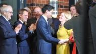 """Umringt von """"Parteifreunden"""": FDP-Chef Rösler und Ehefrau Wiebke"""