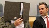 Wenn er kam, dann knallte es: Bankautomatensprenger Iztok Hartmund O. mit seinem Anwalt Carsten Marx im Landgericht Siegen