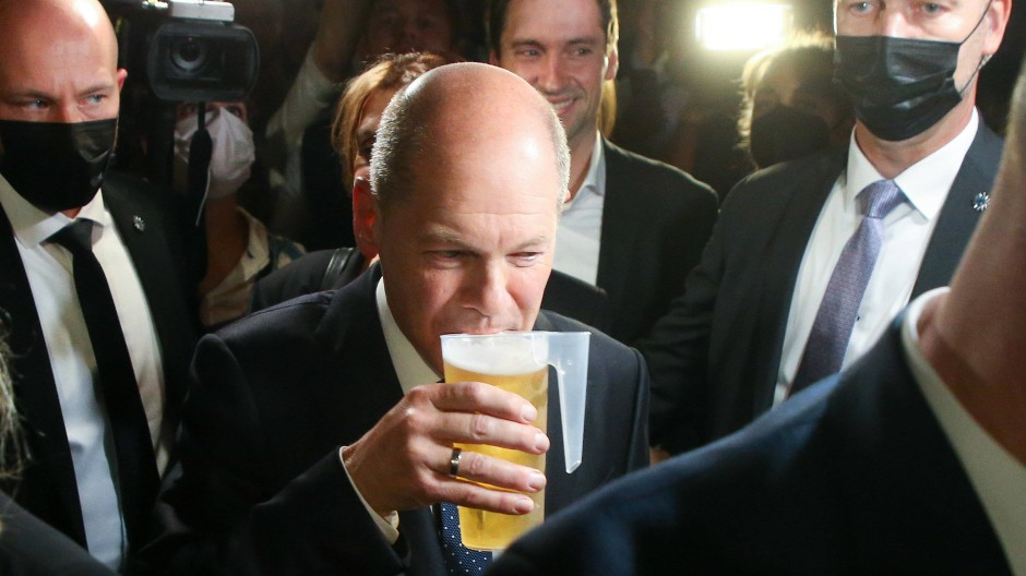 Er gönnt sich ein Bier: SPD-Kanzlerkandidat Olaf Scholz