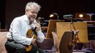Kein Orchester mehr da: Hans Sachs (Frank van Hove) trauert über den Niedergang der Kunst.