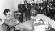 Nachdem er im Dezember 1985 im hessischen Landtag als neuer Minister für Umwelt und Energie vereidigt worden, bezieht Joschka Fischer sein neues Büro.