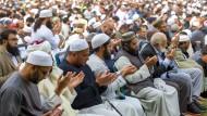 Muslime beim Gebet während der Gedenkveranstaltung