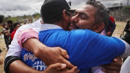 Hunderte getrennte Familien treffen sich an der Grenze