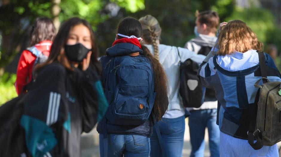 Schülerinnen und Schüler der E-Phase im Heinrich von Gagern-Gymnasium im Frankfurter Stadtteil Ostend gehen zusammen ins Schulgebäude.