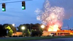 Container mit Feuerwerkskörpern explodiert