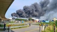 Explosion in Leverkusen: Eine dunkle Rauchwolke steigt am Dienstag über dem Chemiepark auf.