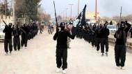 Aufmarsch von IS-Kämpfern in der syrischen Stadt Rakka