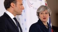 Die britische Premierministerin May hat für ihr Treffen mit Emmanuel Macron ihren Sommerurlaub in Italien unterbrochen. (Archivbild)