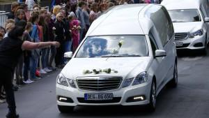 In Haltern regnen Blumen auf die Leichenwagen