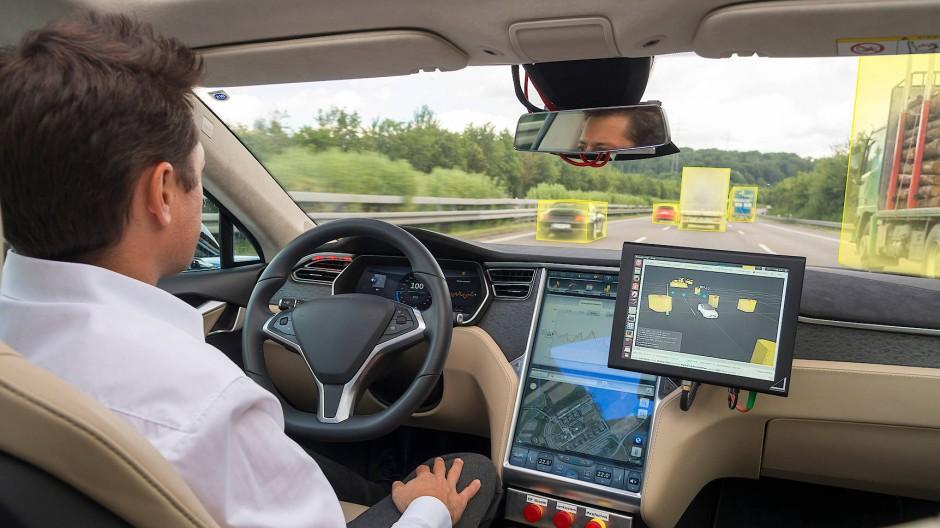 Selbstfahrende Autos sind schon weit entwickelt. Gerade deshalb müssen Fragen geklärt werden.