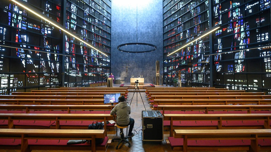 Ein katholischer Gottesdienst wird während der Corona-Pandemie live aus einer Kirche übertragen