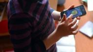 Smartphones sind inzwischen allgegenwärtig und verändern das Aufwachsen von Jungen und Mädchen. Das birgt dem Jahresbericht der Unicef zufolge Chancen, aber auch Gefahren.