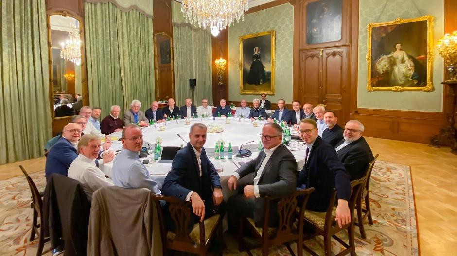 Finde die Präsidentin: Vor wenigen Tagen traf sich Christine Lagarde zu einem ersten Austausch mit ihren neuen EZB-Kollegen im Schlosshotel Kronberg.
