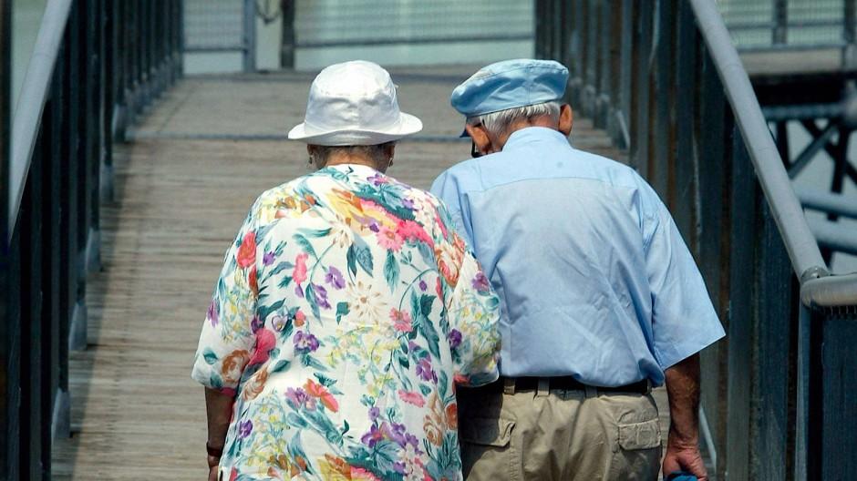 Für den Lebensabend vorsorgen: Zwanzig Jahre nach ihrem Start ist die Riester-Rente so umstritten wie selten zuvor.