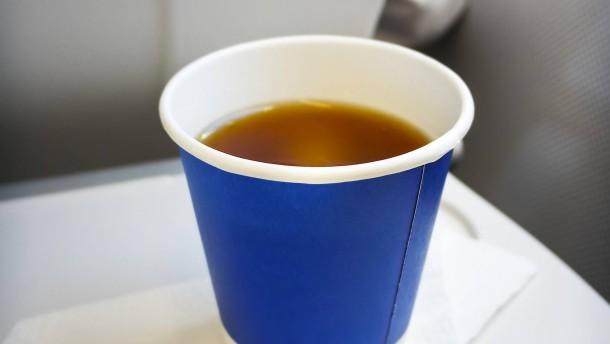 Airlines haften für umgekippten Kaffee im Flugzeug