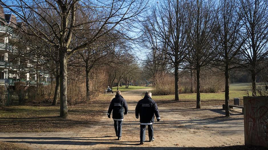 Zum letzten Mal: Zwei Polizeihelfer laufen in Frankfurt durch den Sinai-Park.