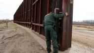 Hier steht schon was: Tor in einer Absperrung an der mexikanischen Grenze in El Paso, Texas.