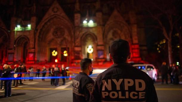 Mann schießt vor Kirche in New York um sich