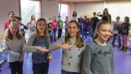 Stimmig: Die Schüler in der Gesangsklasse des Gymnasiums Nord begleiten jeden Ton mit einem Handzeichen.