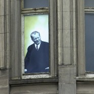 Willy Brandt am Fenster: Der damalige Bundeskanzler hatte am 19. März 1970 vom Erfurter Hof auf Tausende hoffnungsvolle DDR-Bürger hinabgeblickt, 2001 brachte man sein Porträt an gleicher Stelle an.
