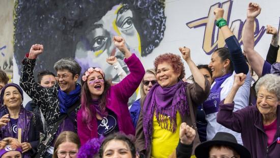 Frauen demonstrieren für Gleichberechtigung