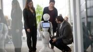 Lernwillig: Der nette Roboter Pepper zeigt bei ICS, was er kann – oder auch noch nicht kann.